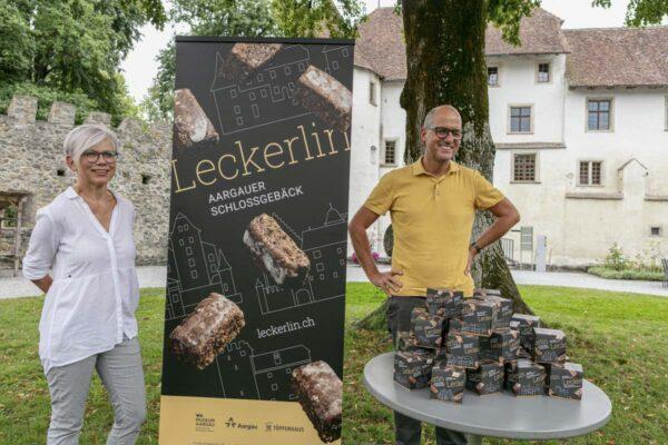 Regine Frey, Öffentlichkeitsarbeit, und Daniel Aeberhard, Geschäftsführer, moderieren die Lancierung.